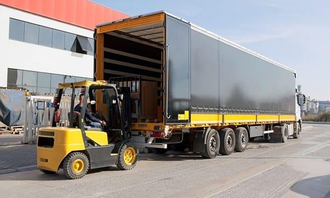 Погрузка груза в грузовой автомобиль