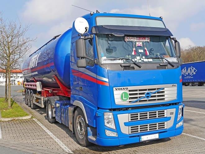 Перевозка нефти автоцистерной
